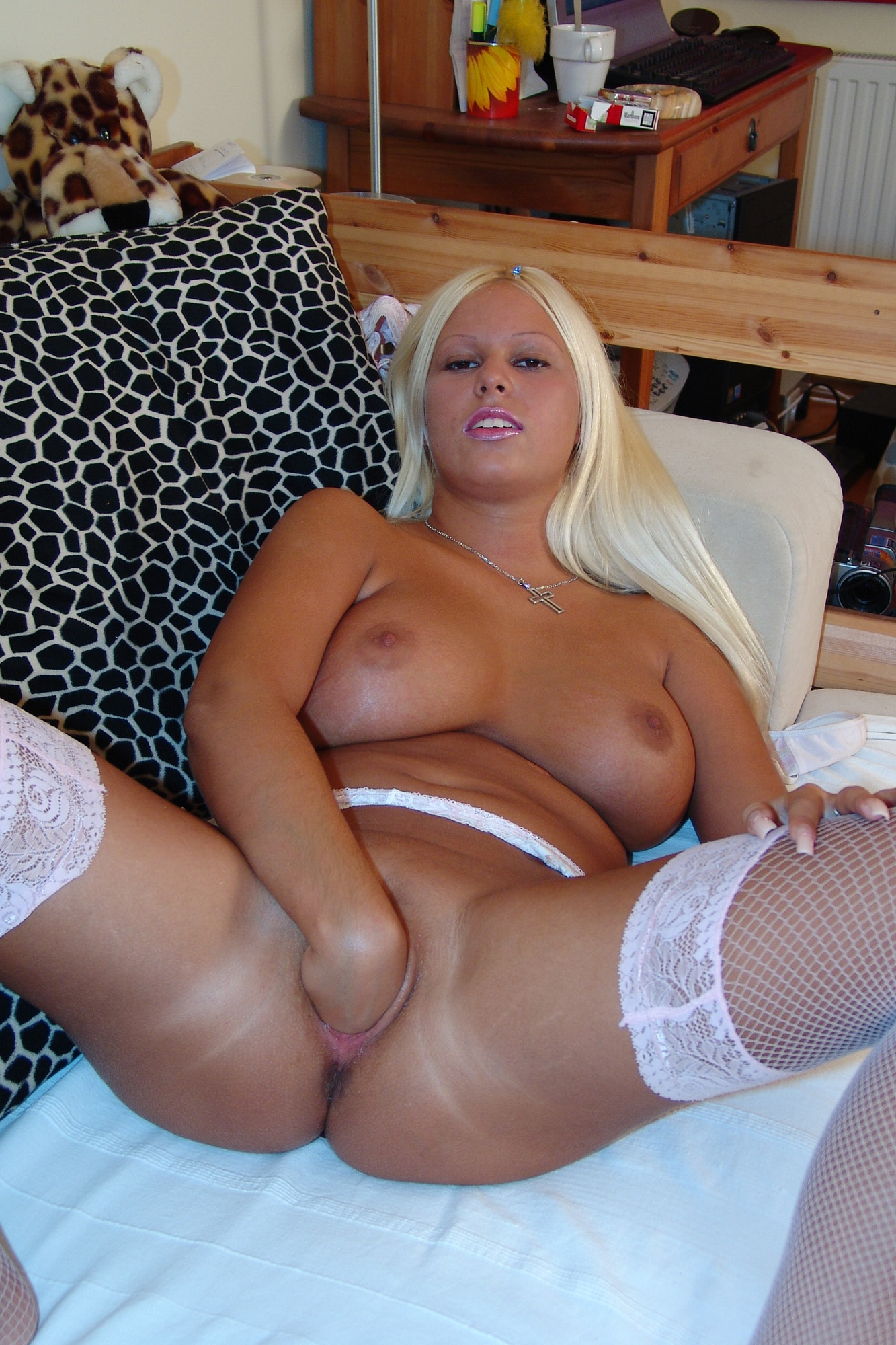 blonde-fingert-sich