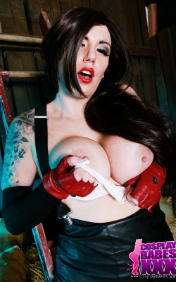 Cosplay babe Tifa titties