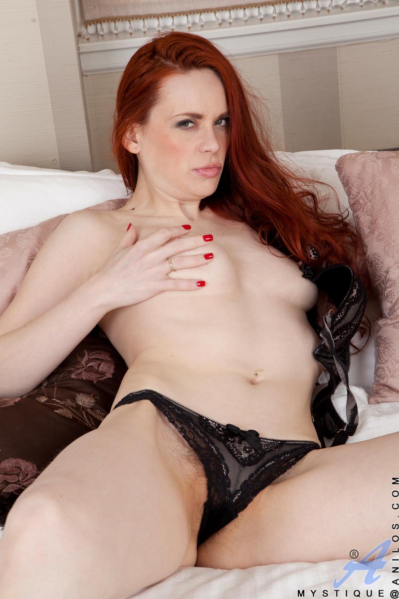 sexy-bitch-spielt-mit-ihren-schamlippen
