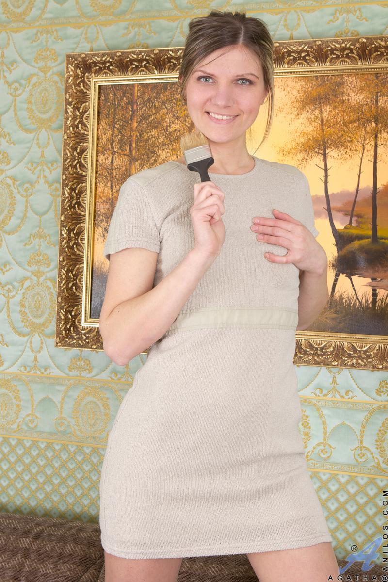 hausfrau-spielt-mit-behaarter-muschi