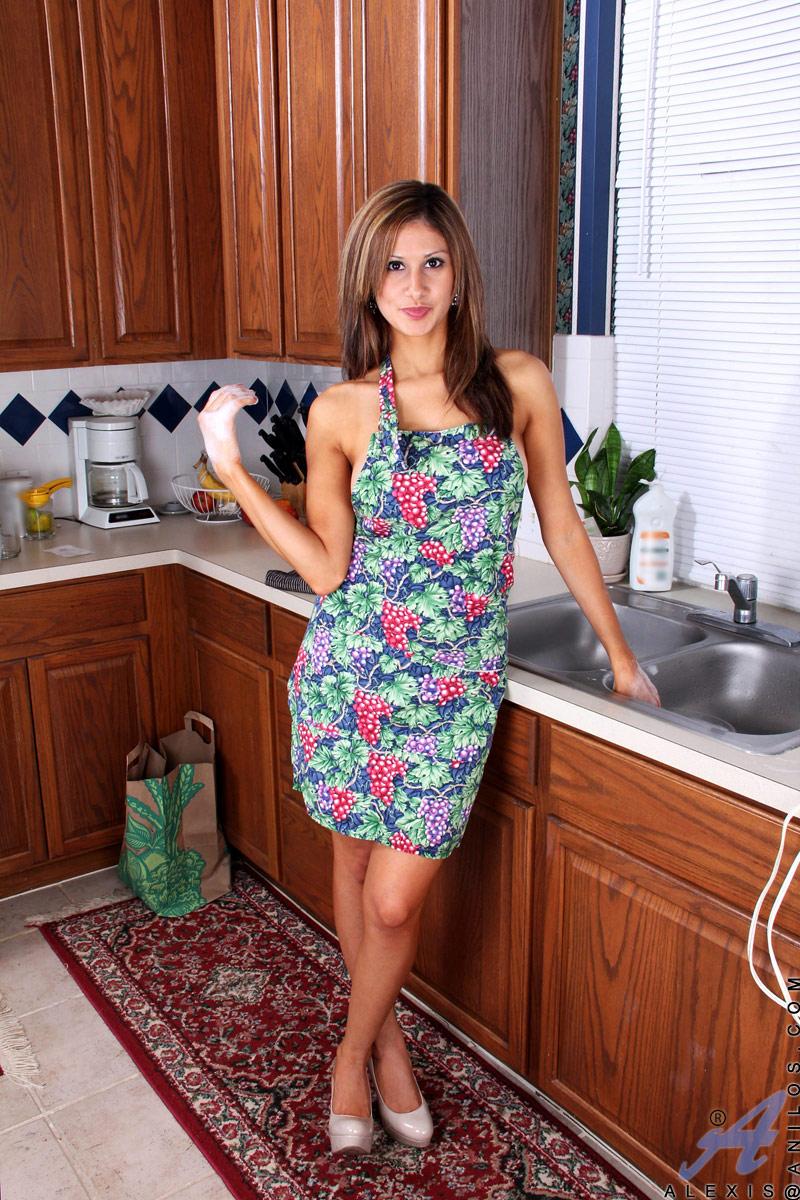 hausfrau-spielt-mit-wasserstrahl