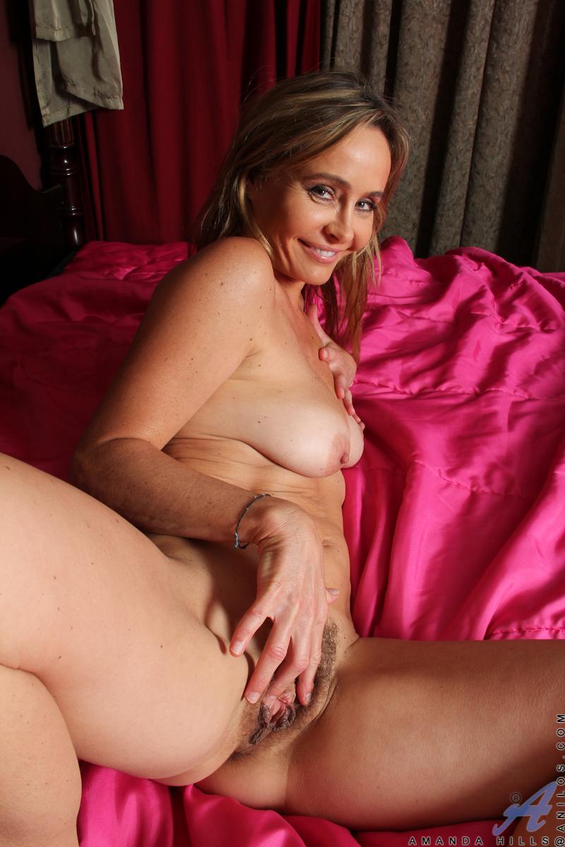 blondine-zeigt-sexy-koerper