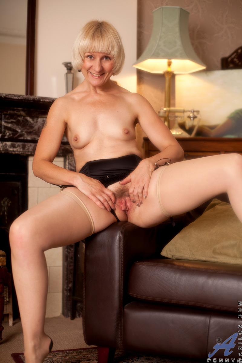 blonde-oma-spielt-mit-haariger-moese