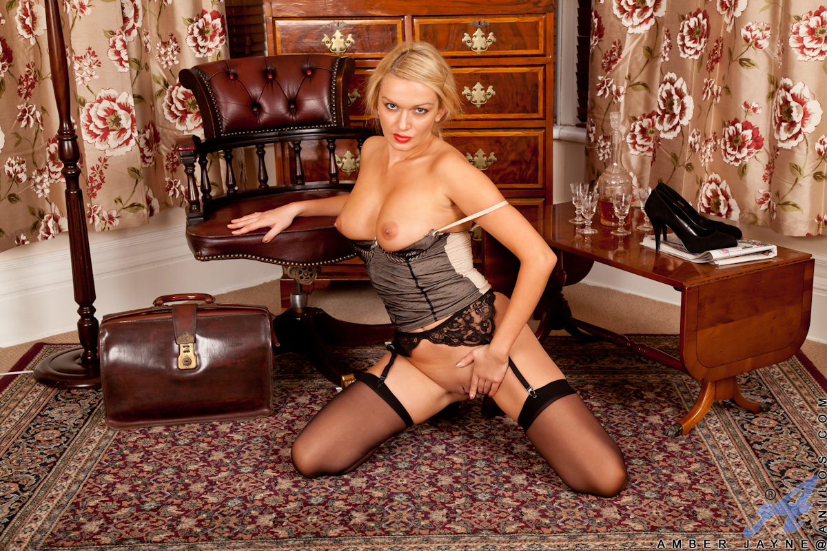 vollbusige-blondine-in-heissen-dessous