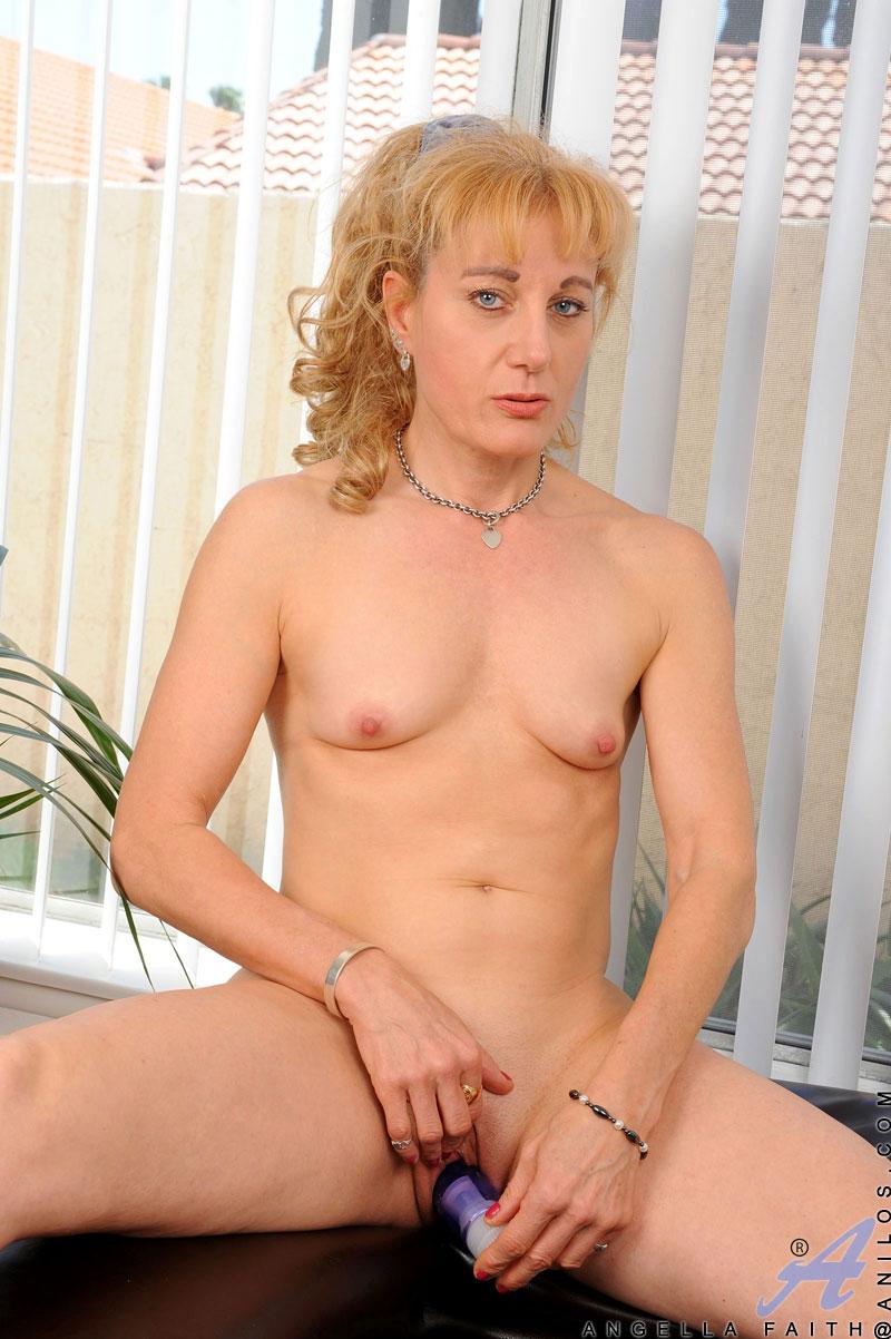 blonde-milf-mit-minititten