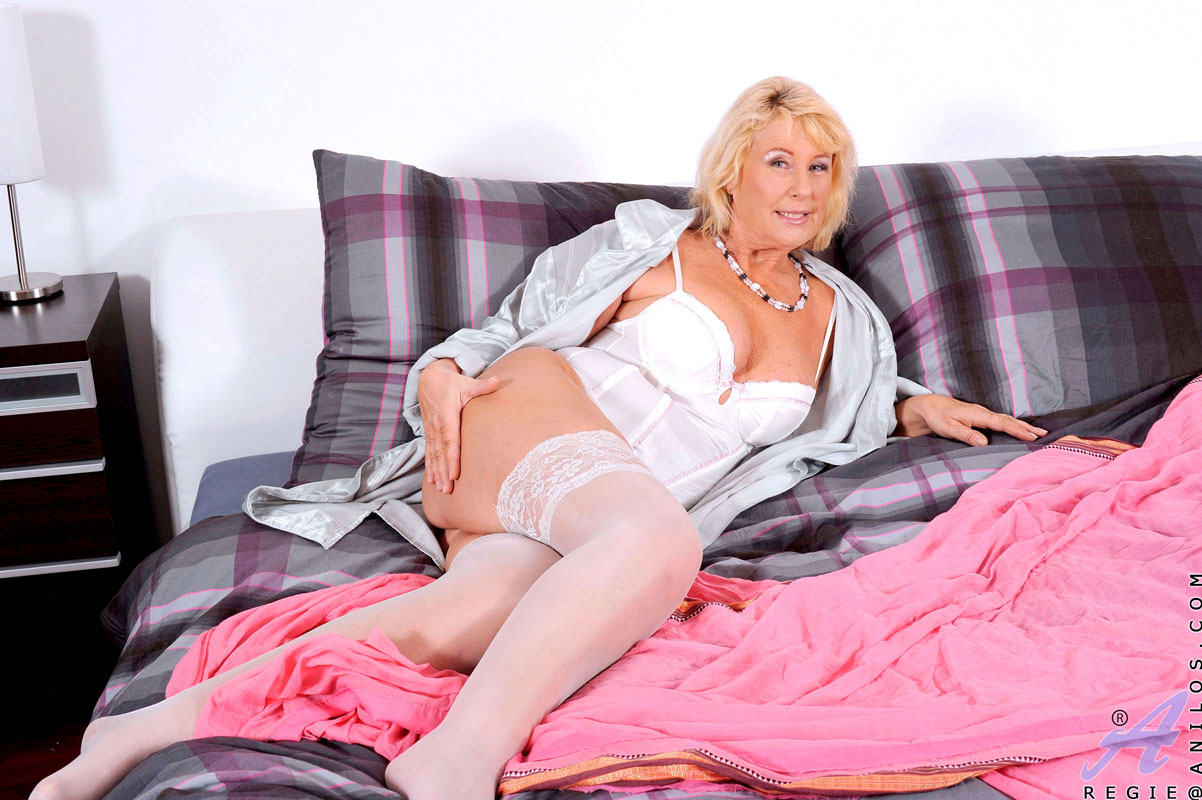 notgeile-blondine-braucht-dildofick