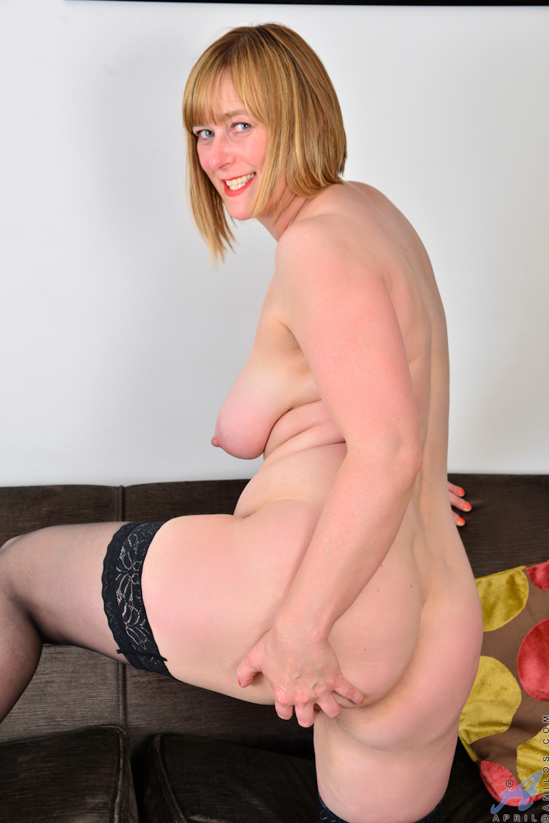 mollige-blondine-spreizt-muschi