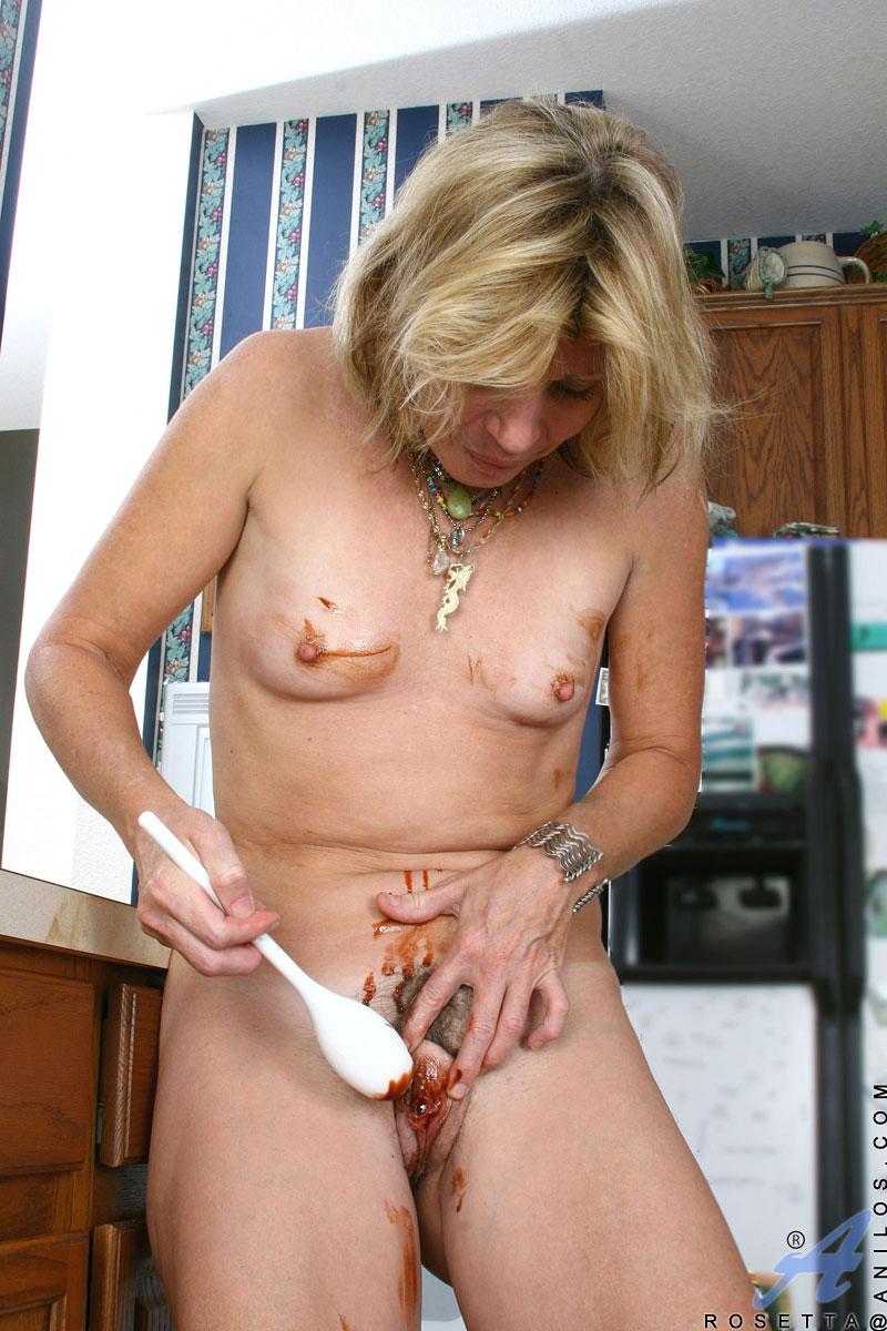 hausfrau-spielt-mit-lebensmitteln
