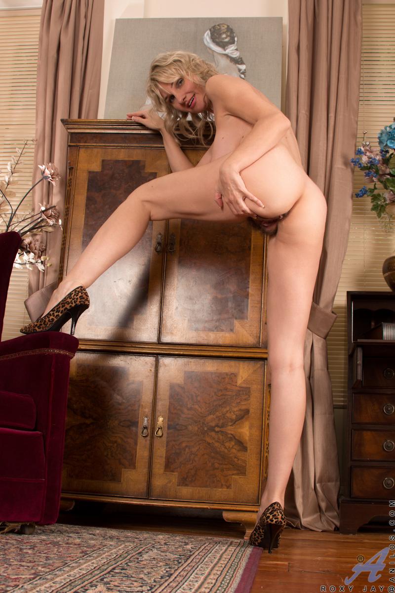 blondine-zeigt-haarige-muschi
