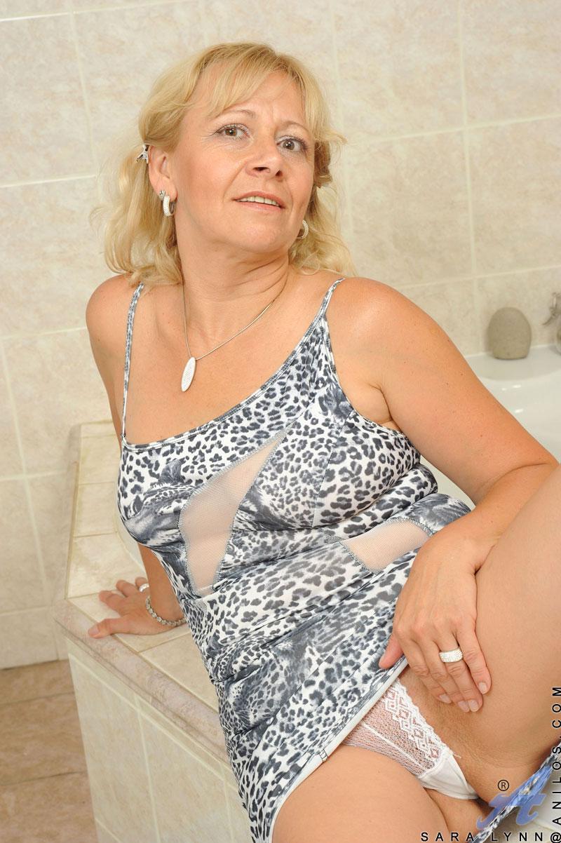 blondine-masturbiert-im-badezimmer
