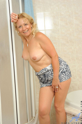 Blondine masturbiert im Badezimmer