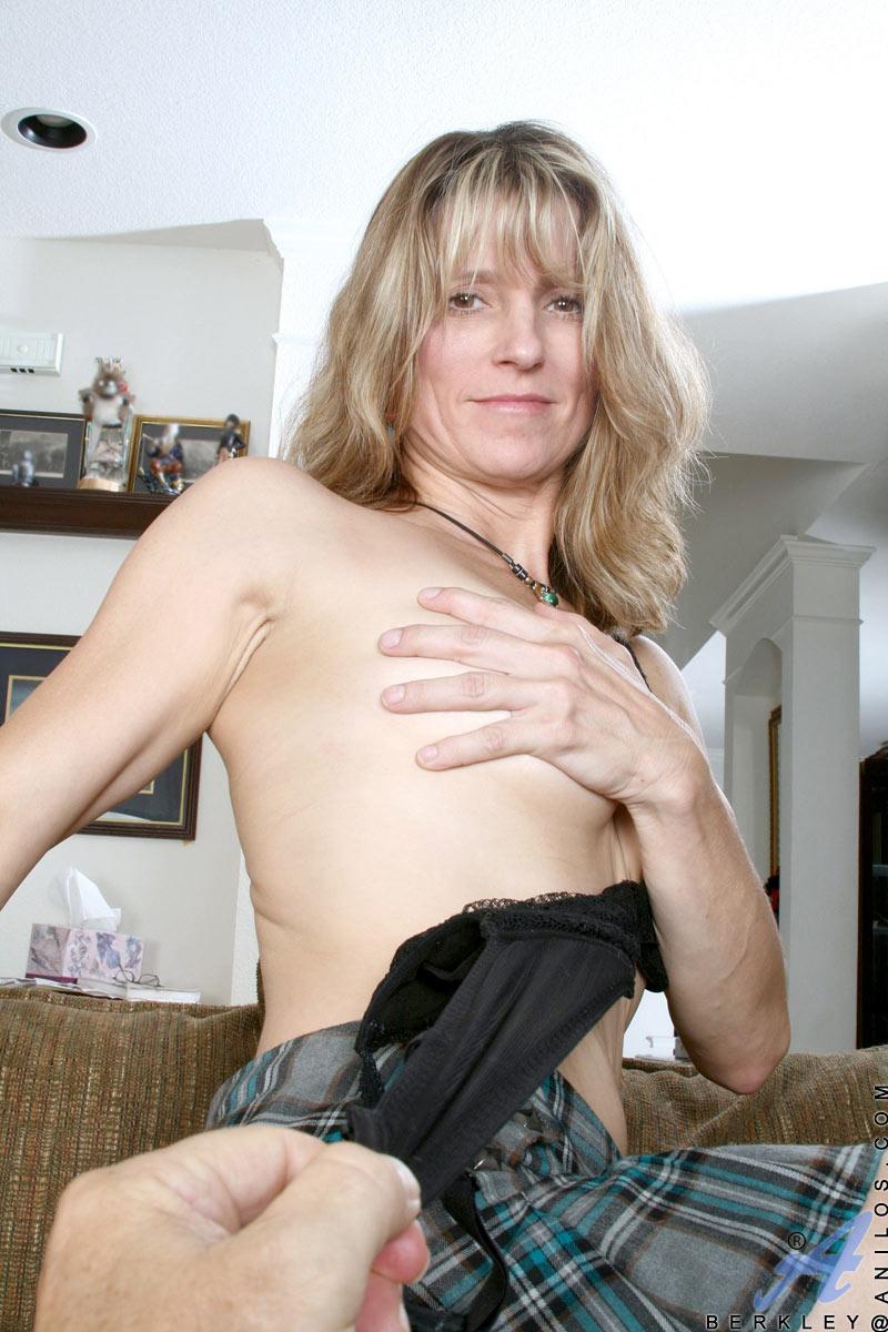 blondine-mit-nasser-muschi