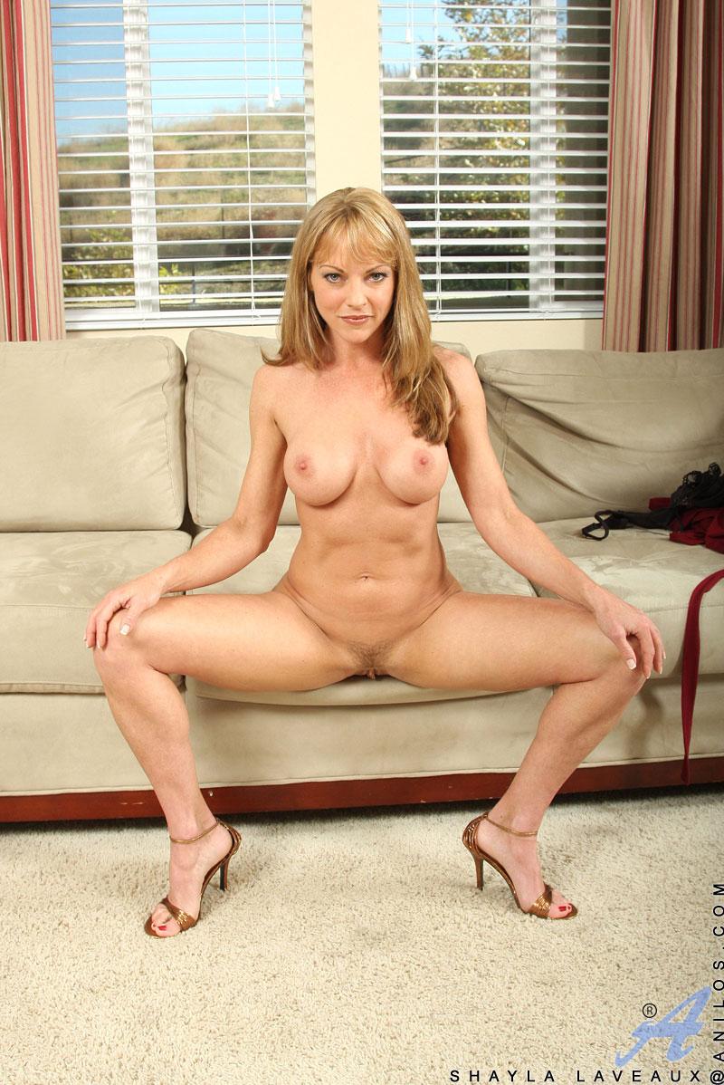 blonde-milf-spreizt-beine
