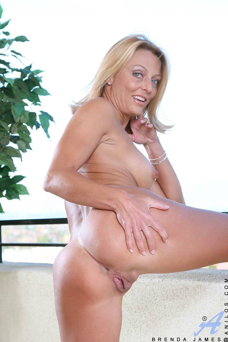blondine-strippt-im-freien
