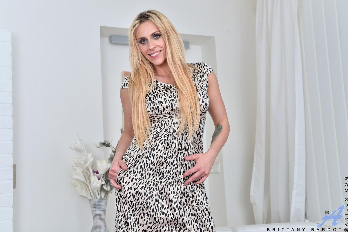 blondine-in-struempfen-und-strapsen