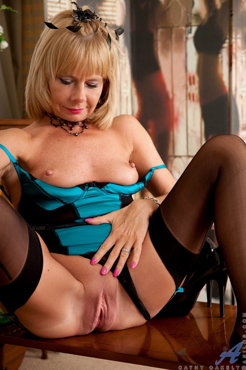 blondine-masturbiert-in-nylons
